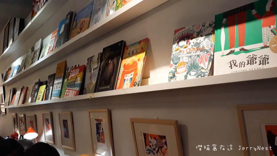 life 10 - 【台北。中正紀念堂】生活在他方 Elsewhere Cafe,滿屋子的繪本搭配抹茶千層蛋糕,就是要裝文青