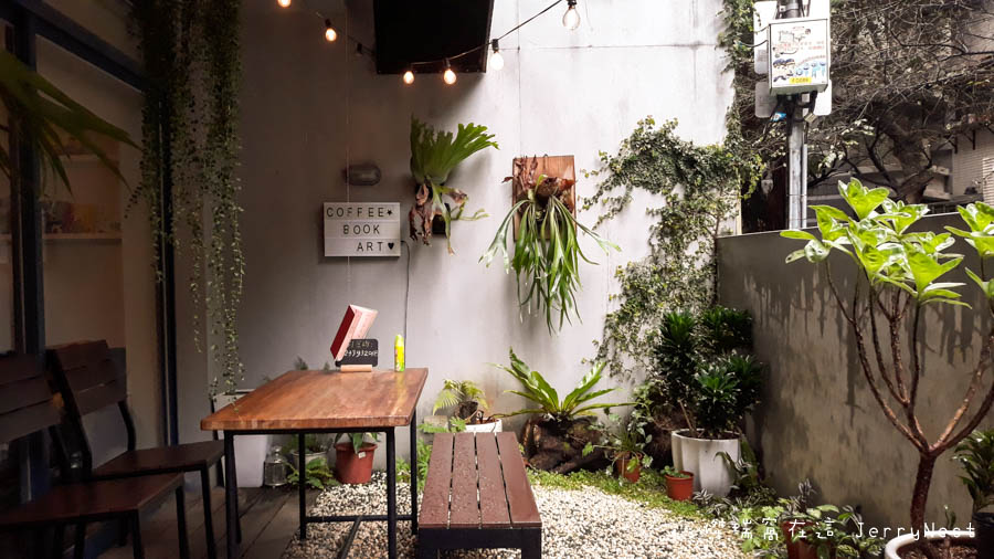 life 3 - 【台北。中正紀念堂】生活在他方 Elsewhere Cafe,滿屋子的繪本搭配抹茶千層蛋糕,就是要裝文青