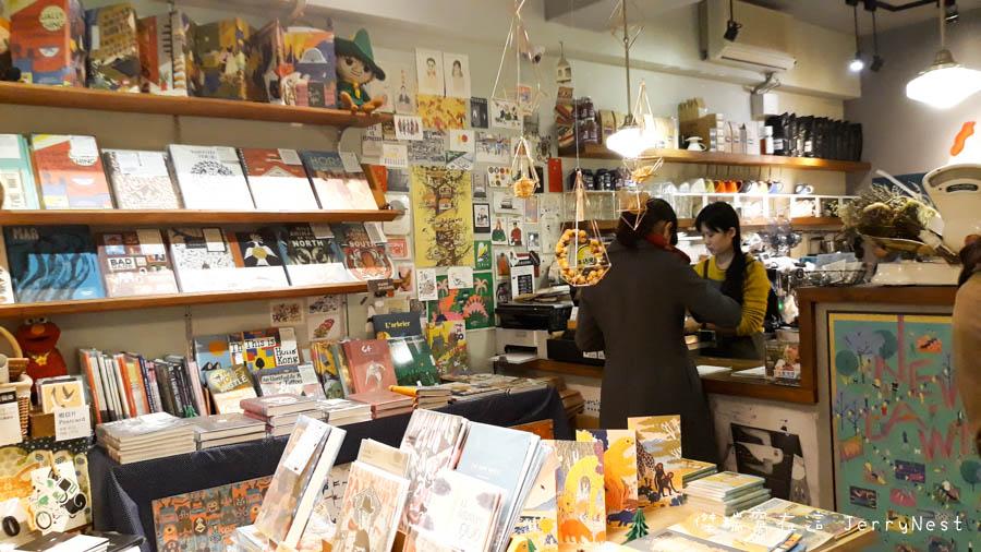 life 4 - 【台北。中正紀念堂】生活在他方 Elsewhere Cafe,滿屋子的繪本搭配抹茶千層蛋糕,就是要裝文青