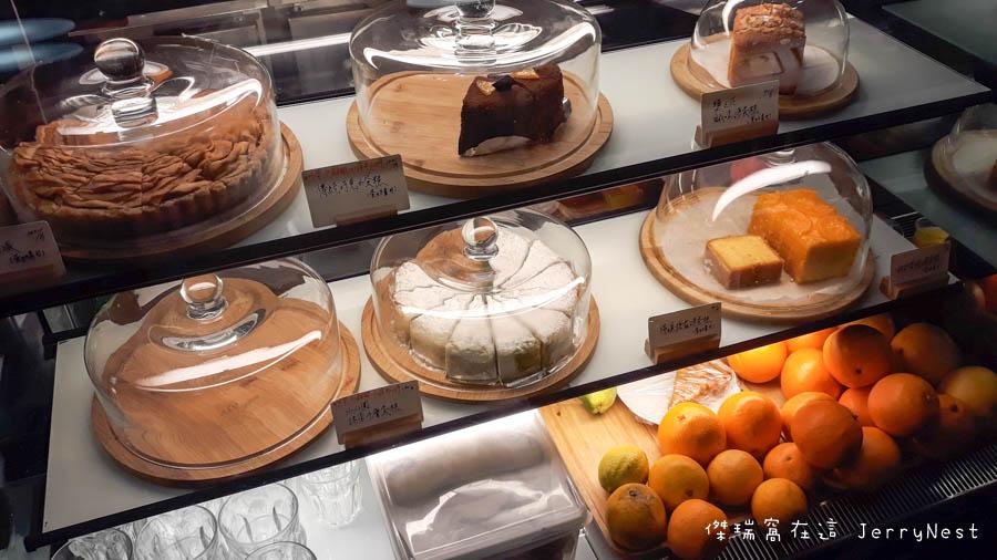 life 6 - 【台北。中正紀念堂】生活在他方 Elsewhere Cafe,滿屋子的繪本搭配抹茶千層蛋糕,就是要裝文青